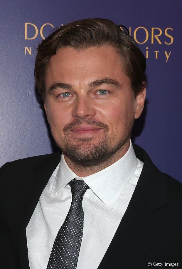 Leonardo DiCaprio recorre ao gel para fixar os fios para o lado em dia de premiações