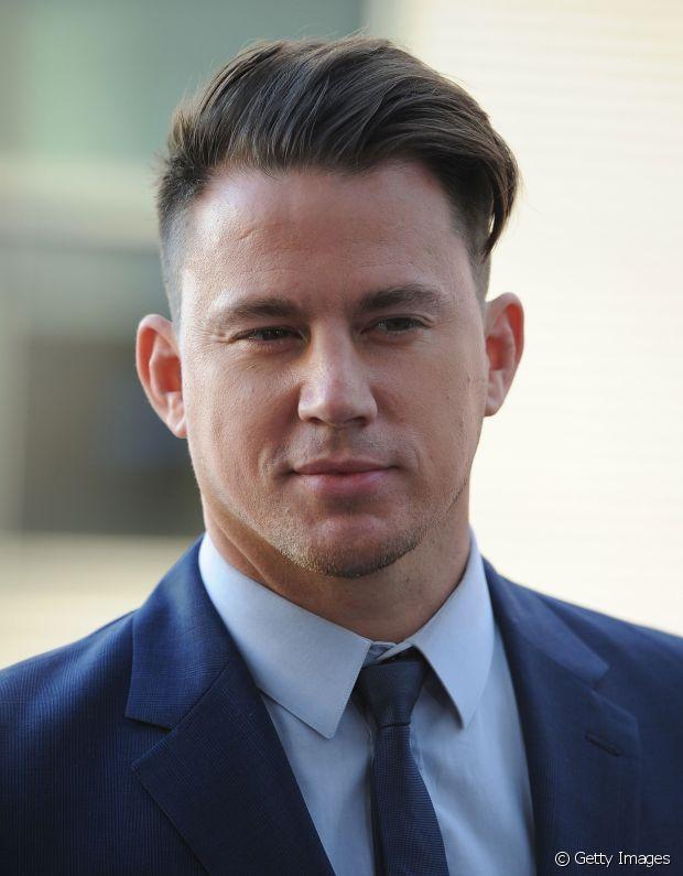Channing Tatum investiu na texturização da parte comprida do cabelo com laterais raspadas