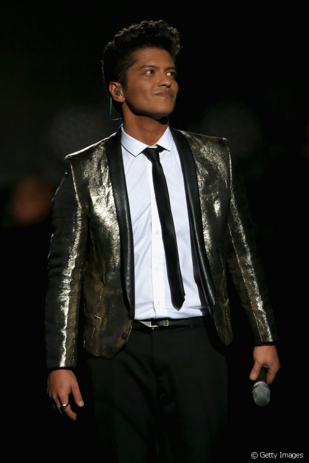 O undercut do cantor Bruno Mars tem o topete supervolumoso