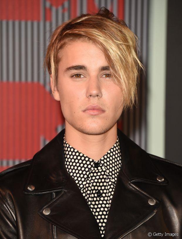 Justin Bieber também já apostou num visu mais alternativa com um franjão longo