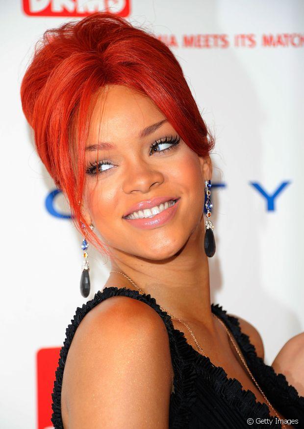 Olha esse coque bapho da Rihanna! A cantora deixou algumas mechas soltas na frente do rosto para dar aquele charme