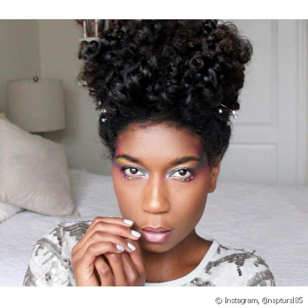 A @naptural85 tem cabelos naturalmente mais encaracolados e posta diversas inspirações para mulheres com o mesmo estilo de cabelos, além de dicas de produtos e passo a passo das produções