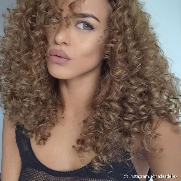 A @nadaadellex é uma blogueira fashion e no perfil dela, sem dúvidas, você pode esperar muitas fotos lindas, looks divos, maquiagem e etc