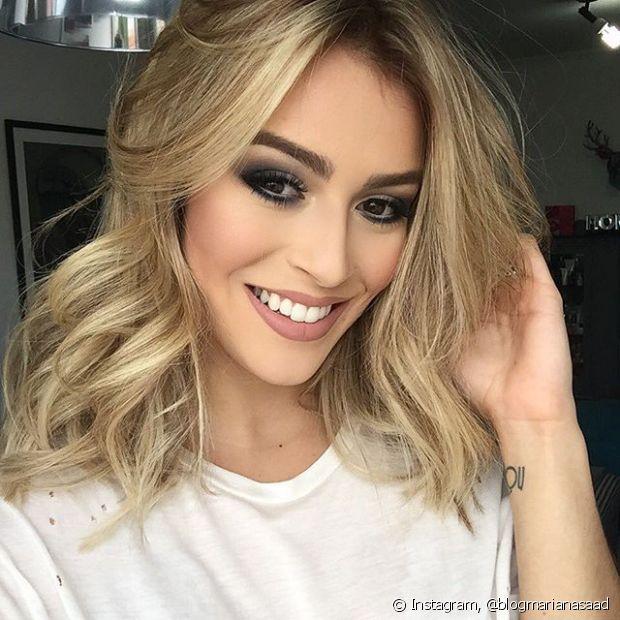 A blogueira Mariana Saad tinha o cabelo castanho escuro e precisou descolorir os fios para chegar ao loiro
