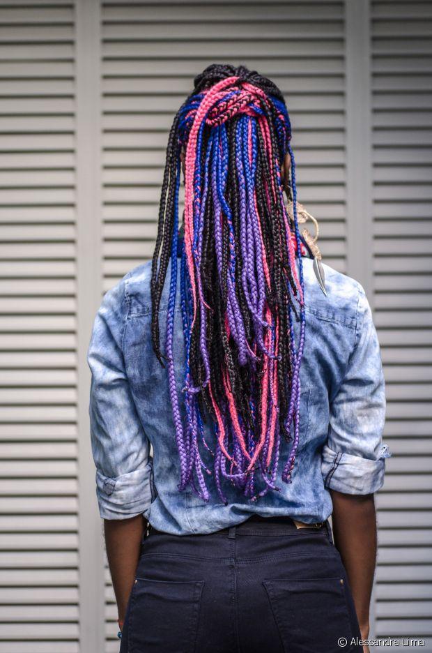 Carmen Lúcia tem box braids coloridas. É muita personalidade, né?