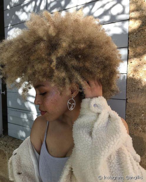 Platinar o cabelo crespo exige alguns cuidados para manter a saúde capilar sempre em dia (Foto: Instagram, @angillis)