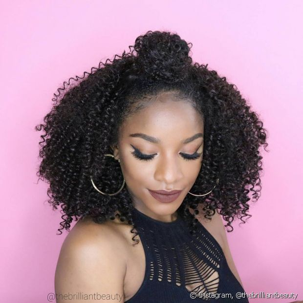 Cabelo crespo: lavar os cabelos crespos pode gerar muitas dúvidas do que pode fazer bem ou não aos cachos