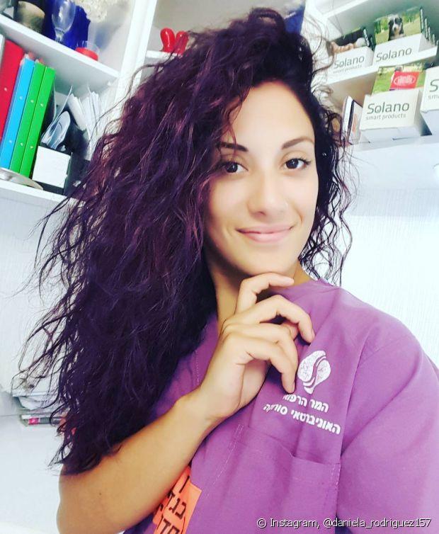Os reflexos violetas ficarão mais claros ou escuros de acordo com a altura de tom do seu cabelo