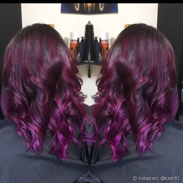Os reflexos ruivo violeta deixam os cabelos com aparência de mais brilho