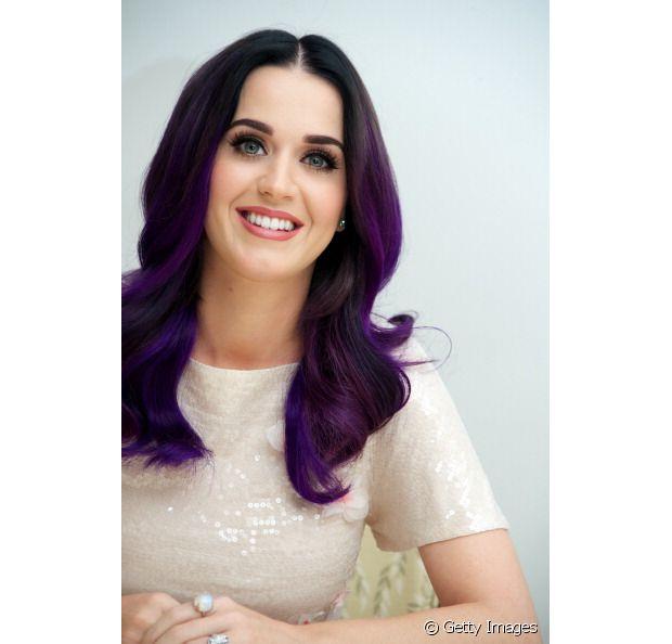 Katy Perry lançou a moda dos fios violeta, a cantora já coleciona muitas aparições com a nuance nos cabelos