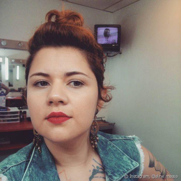Aline adora mudar o tom do seu cabelo e voltou a ser ruiva há pouco tempo, diz que adora batons vermelhos e laranjas