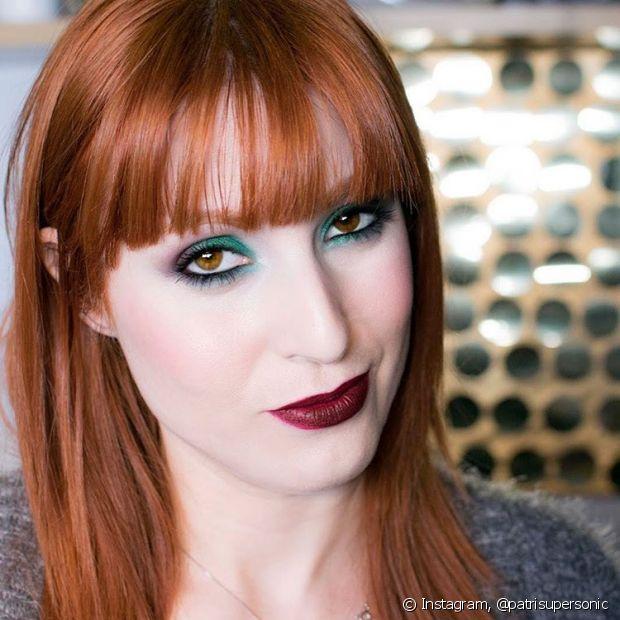 """''O verde e o azul são complementares do vermelho e laranja. Então, quando quiser que a maquiagem dos olhos se destaquem muito, apostar em sombras verdes e azuladas é o segredo!"""""""