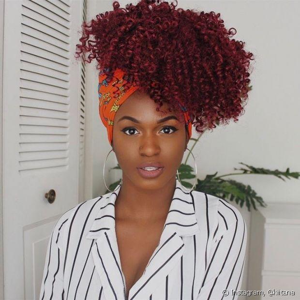 Roupa listrada e turbante colorido fazem uma combinação diferente e criativa