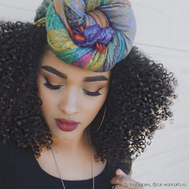 Para as meninas que estão em transição capilar, o turbante disfarça a raiz alta