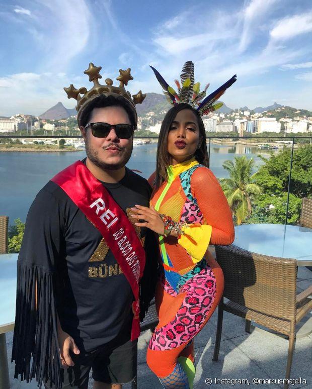 Anitta e Marcus Majella posam para foto antes do Bloco das Poderosas