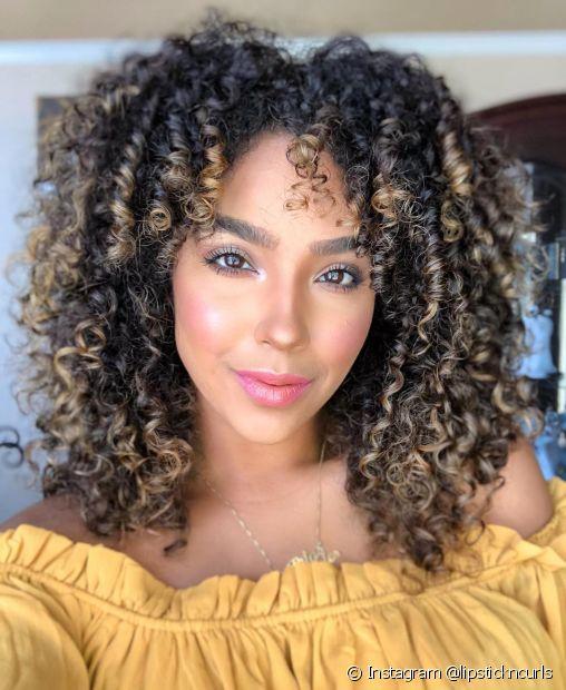 Confira alguns truques para clarear o cabelo e conseguir o ombré hair em cabelos pretos dos seus sonhos! (Foto: Instagram @lipstickncurls)
