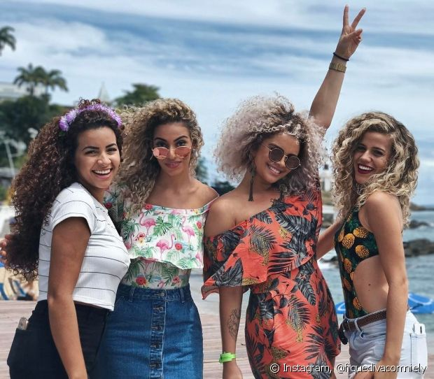 Antes de pular no trio da Anitta, as divas de cacjhos passeram pelo Farol da Barra e tiraram muitas fotos