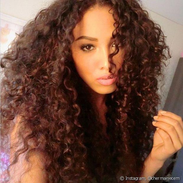 A umectação também ajuda a reduzir o frizz comum a esse tipo de cabelo