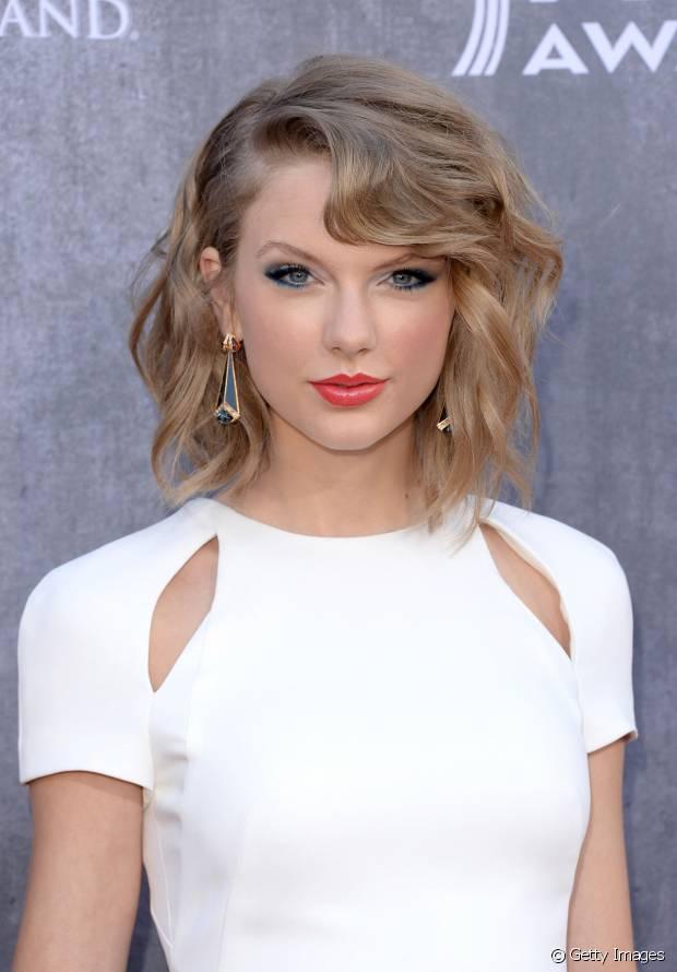 Taylor Swift é fã do styling de ondas com pontas retas para seus cabelos
