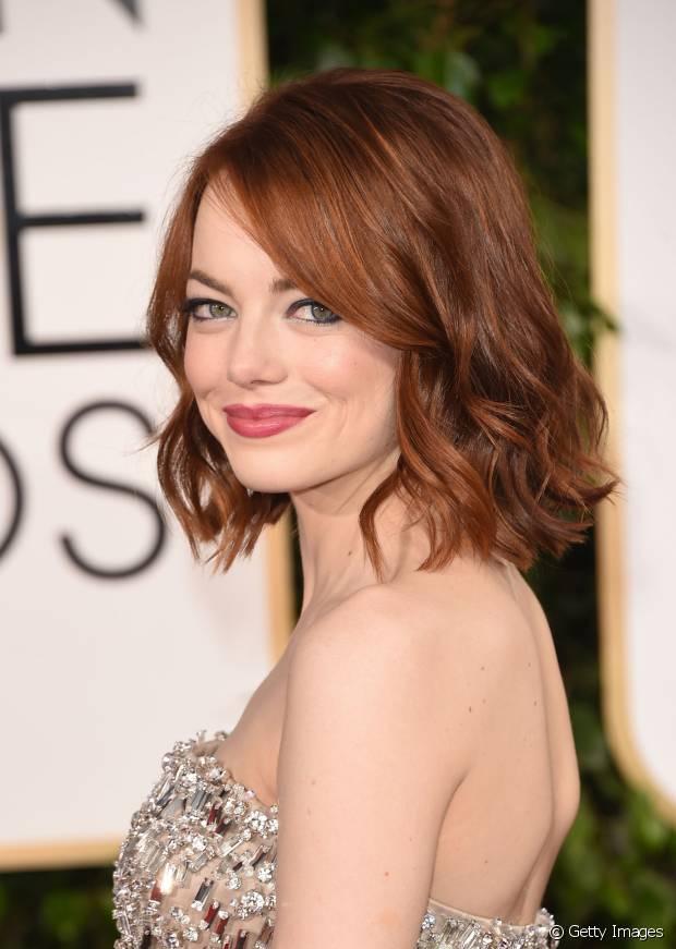Emma Stone apostou na finalização de ondas com pontas retas em seus cabelos ruivos