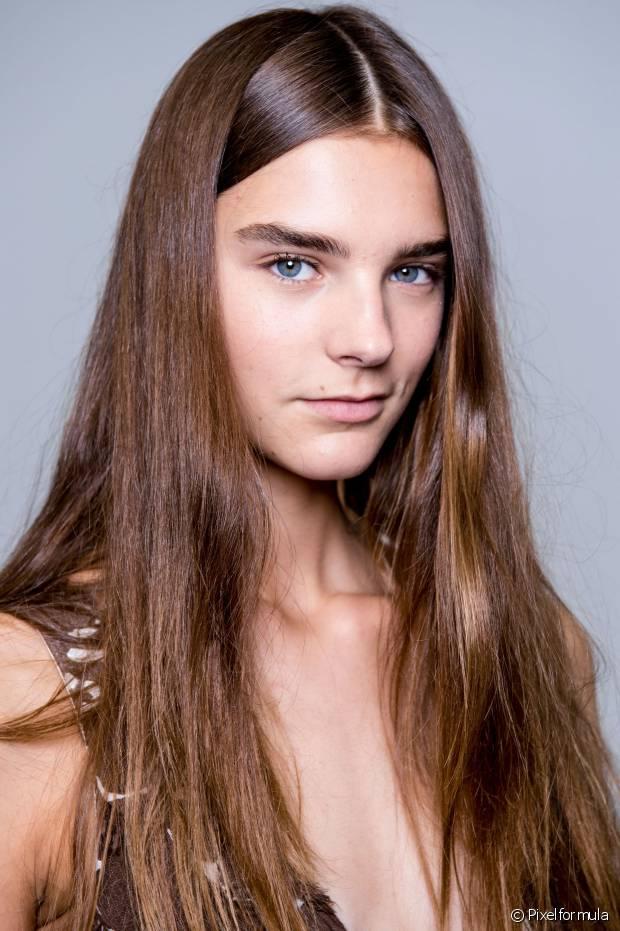 Sempre comece a pentear os cabelos de baixo para cima, delicadamente, para evitar a quebra dos fios