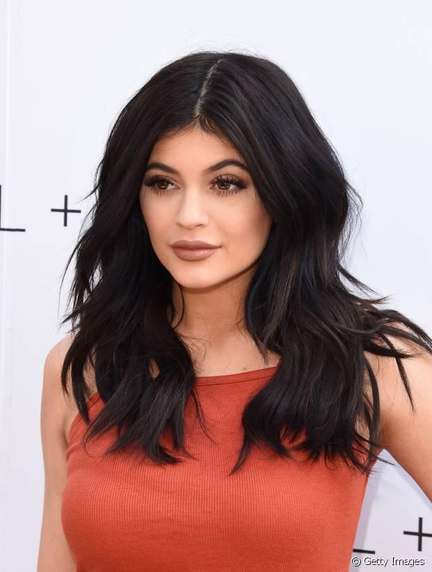 Kylie Jenner tem cabelos lisos e grossos, por isso investe em camadas para controlar o volume