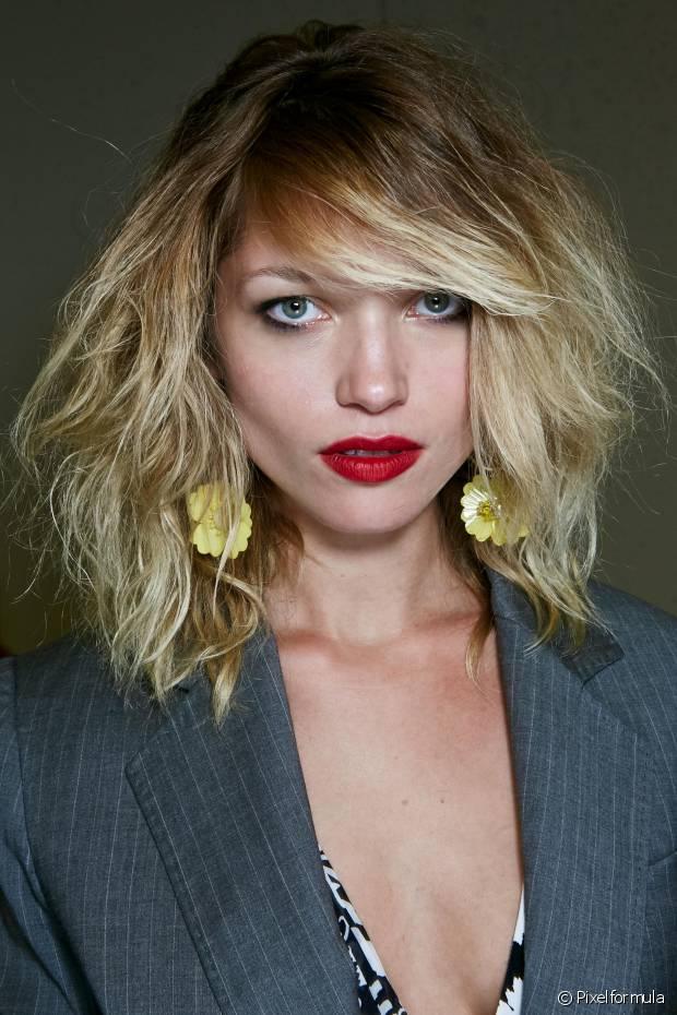 A quebra é consequência de cabelos danificados. Sabe quando estamos penteando o cabelo e o fio se parte ao meio?