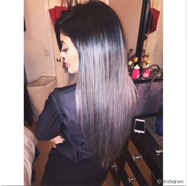 Kylie Jenner, irmã de Kim Kardashian, também já apareceu com o granny hair (cabelo cinza)