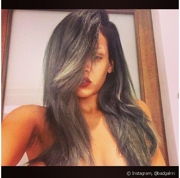 Você acha que Rihanna ia ficar de fora da tendência? A cantora também aderiu ao granny hair