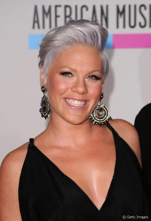 A cantora Pink ficou ótima com o granny hair (cabelo cinza). Concorda?