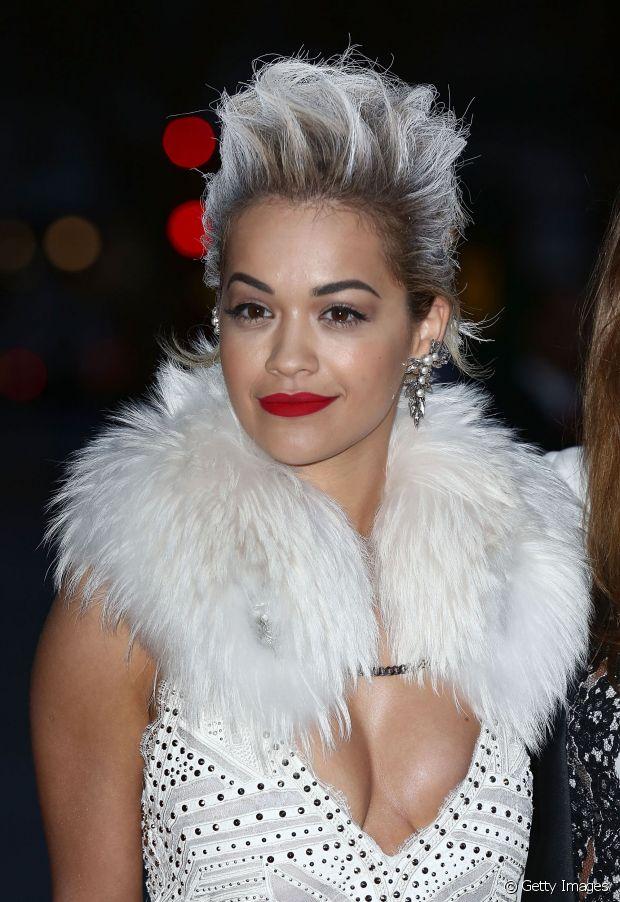 Rita Ora adora mudar a cor dos cabelos e também já investiu no granny hair