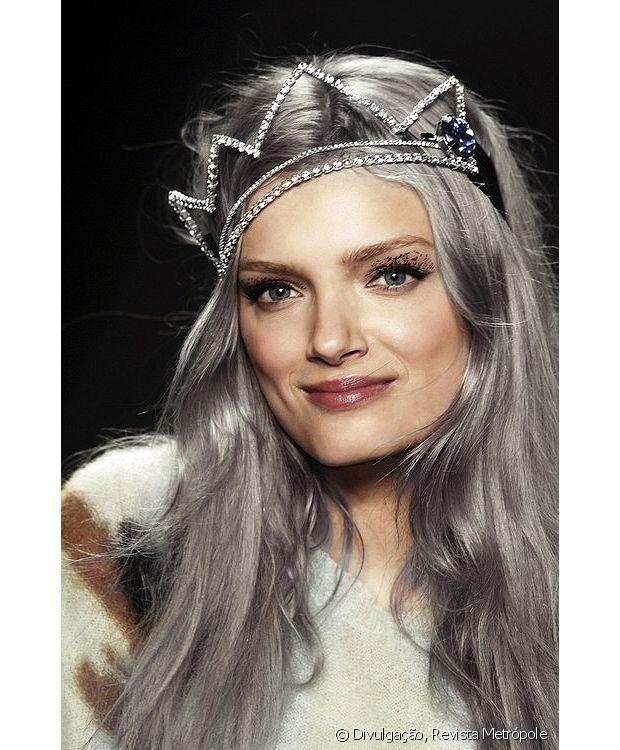 O granny hair - ou cabelo cinza- é tendência para as mulheres que gostam de ousar!