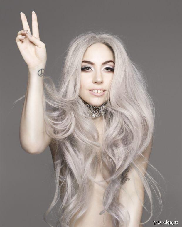 Olha Lady Gaga de novo com o cabelo cinza (granny hair)