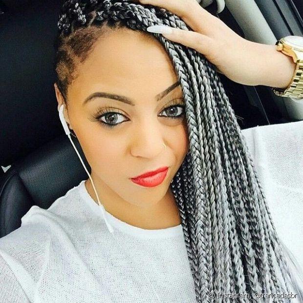 O Granny hair (cabelo cinza) também fica muito legal nas mulheres de cabelos afros que optaram pelas tranças, chamadas de boxbraids