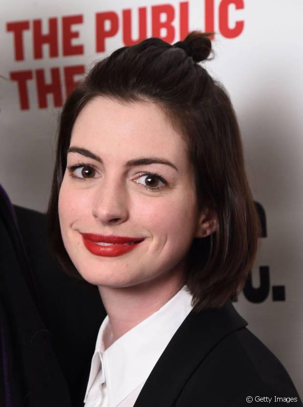 Anne Hathaway preferiu prender a franja em um half-bun para evitar o incômodo nos olhos