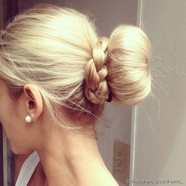 Se você quiser incrementar um pouco mais, pode adicionar tranças laterais ou deixar uma mecha do cabelo de fora na hora de amarrar e depois trançá-la para envolver o o penteado