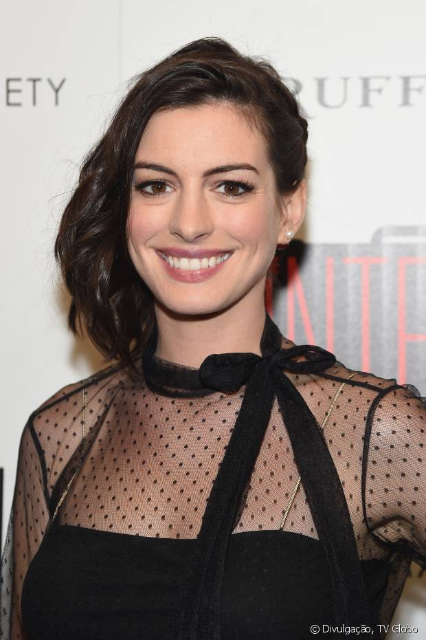 Anne Hathaway tem um castanho médio e com um leve toque avermelhado