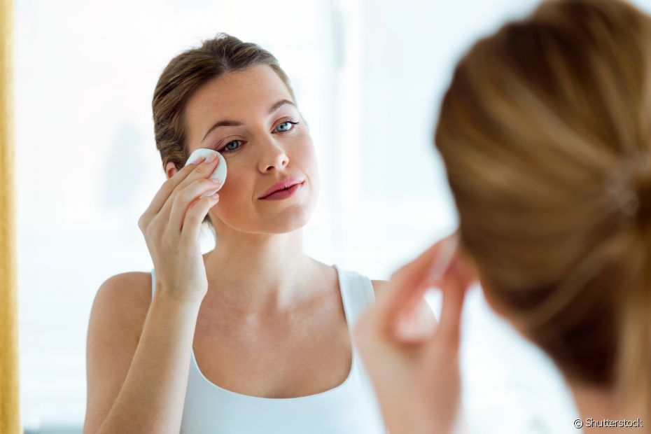 Antes de usar a argila verde, é preciso tirar toda a maquiagem e lavar o rosto com um sabonete específico