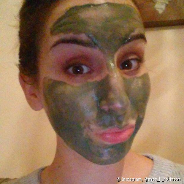 Para as peles normais e secas, uma vez por semana é suficiente para usar a máscara de argila verde no rosto