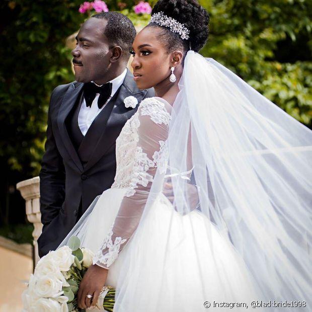 O véu baixo é uma alternativa para as noivas que procuram um acessório que não interfira tanto no penteado