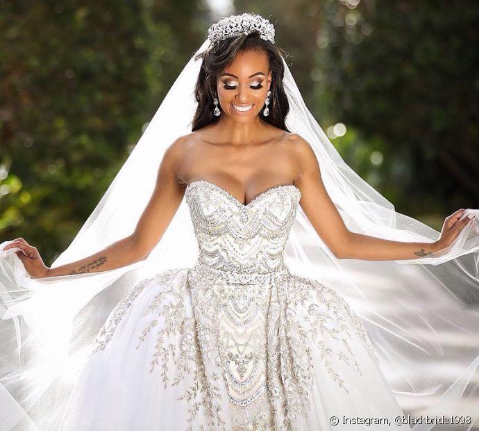 Usar a combinação de véu e tiara no dia do casamento garante um visual clássico e atemporal
