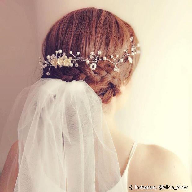 A tiara pode cobrir toda a volta da cabeça e o véu ficar preso embaixo, formando um look boho