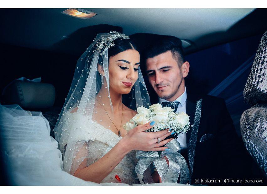 Os coques bem esticadinhos são ótimos para deixar a noiva com um visual clean mesmo com o véu e a tiara