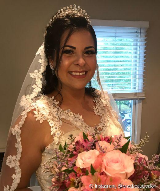 O penteado meio preso é ótimo para segurar o véu com a tiara na produção da noiva
