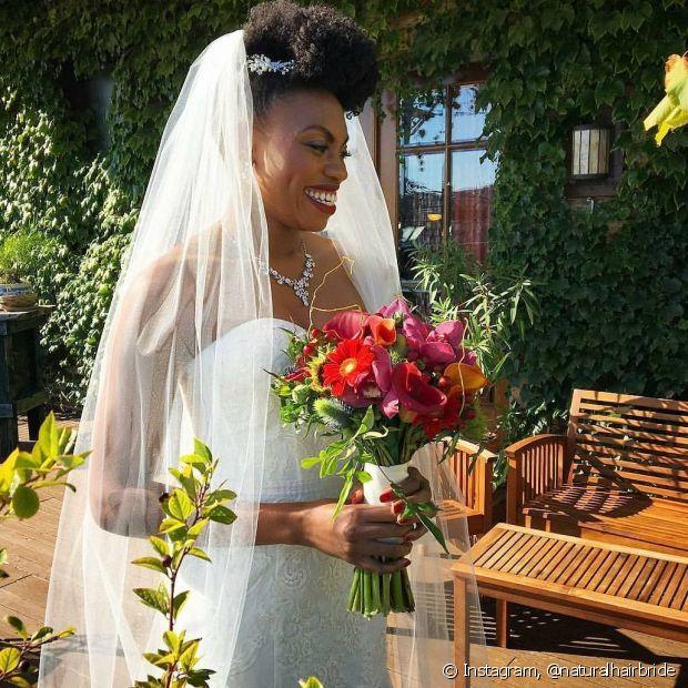 Os topetes e moicanos destacam o volume das noivas crespas que querem usar a tiara no penteado para o grande dia