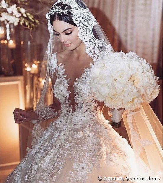 Quando o véu for muito grande, deixe apenas um pedaço da tiara a mostra e traga um ponto de destaque para o cabelo