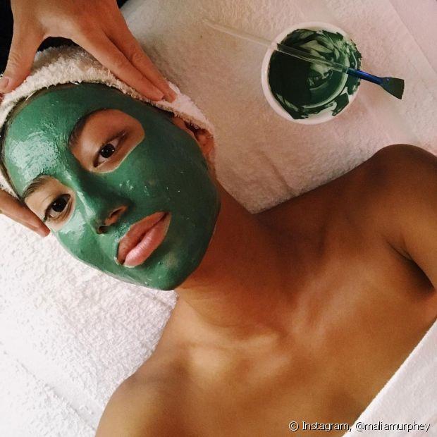 A máscara de argila verde limpa profundamente a pele