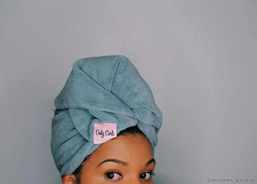 Aplique o óleo vegetal em todo o cabelo e deixe agir por, no mínimo, duas horas