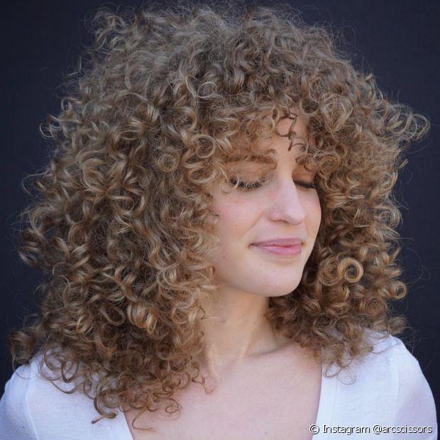 A coloração permanente consegue clarear em até três tons um cabelo natural (Instagram @arcscissors)