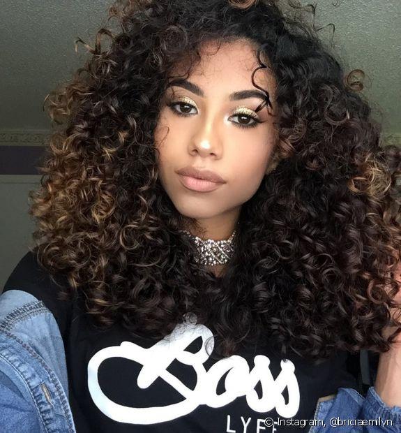 Tons mais quentes iluminam os cabelos pretos com suavidade